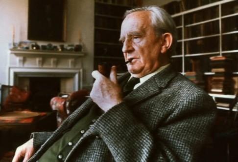 Дж.Р.Р Толкин в кресле с трубкой